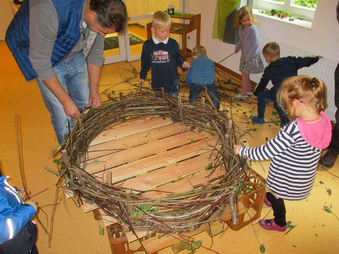 Kinder bauen Storchennest