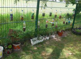 """Die Kinder recycelten leere Wasserflaschen zu einem """"Flaschen-Gewächshaus"""""""