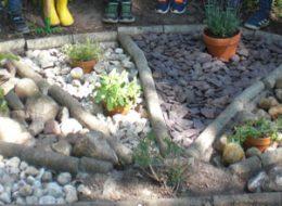 Andere Kinder beschäftigten sich mit Kräutern und erneuerten unsere Steinspirale